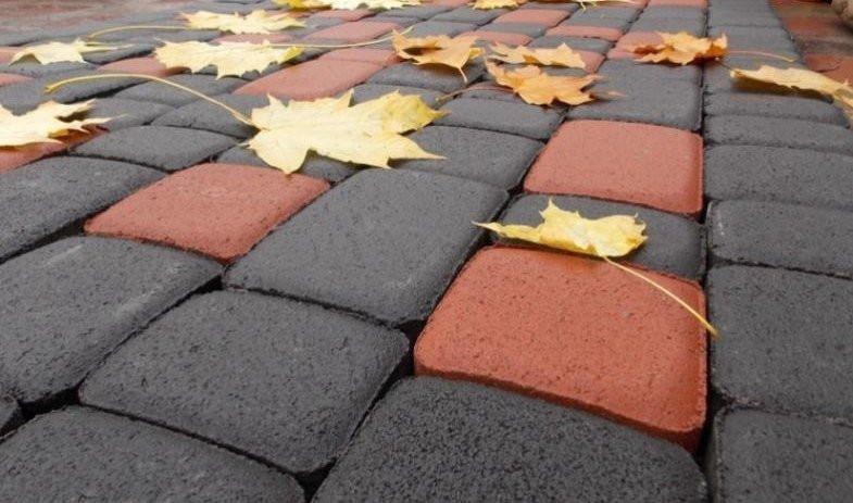 Облагораживая территорию вокруг своего дома, тротуарная плитка, пожалуй, единственный материал который будет гармонично смотреться на вашем участке